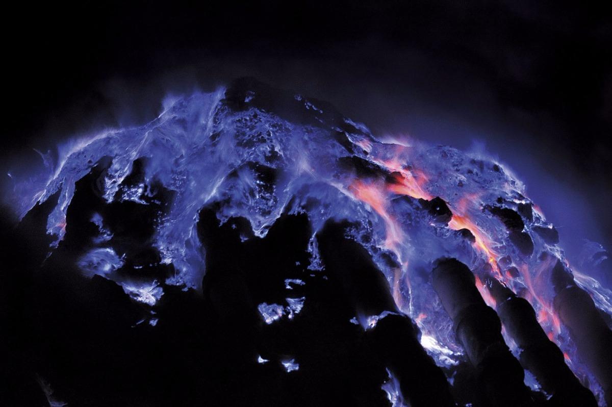¡EL Volcán Kawah Ijen expulsa lavaazul!